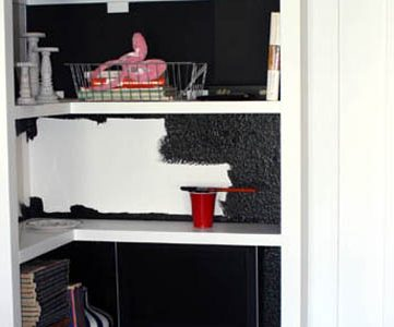 Built-in-white-bookcases-with-black-interiors (1)