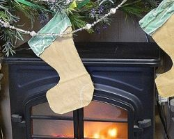 remodelaholic-remodeling-lunch-bag-christmas-stockings-diy-craft-tutorial-cute-vintage (570x258)