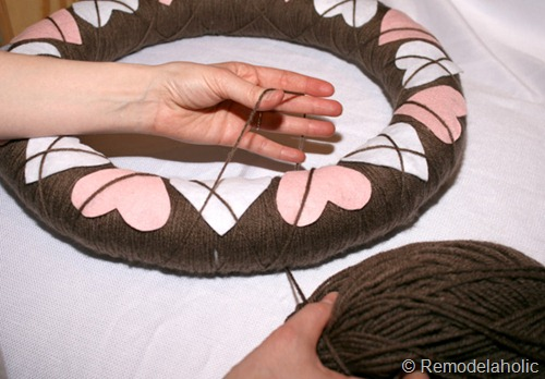 How to make a yarn and felt argyle Valentine's Wreath from Remodelaholic
