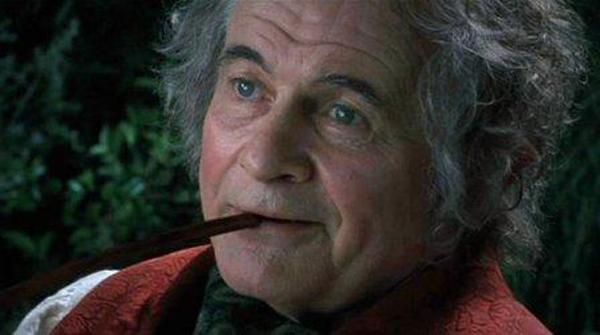 Bilbo_smoking_a_pipe