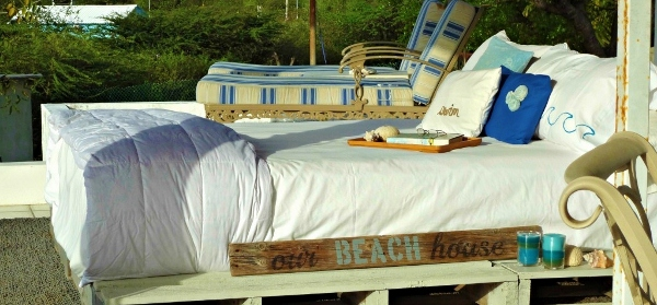 Pallet-bed-beach-house-rooftop-bedroom-themed-featured-pictures (600x279)