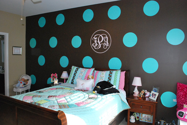 Tween bedroom with polka dot walls diy for Polka dot bedroom designs