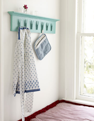 build entryway storage shelf with clothespins, Country Living