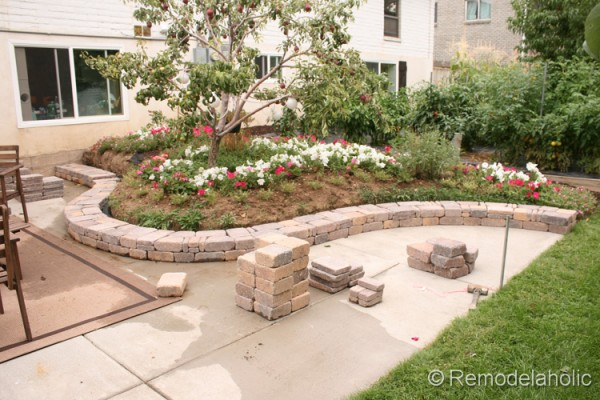 how to build a curved retaining wall by Remodelaholic