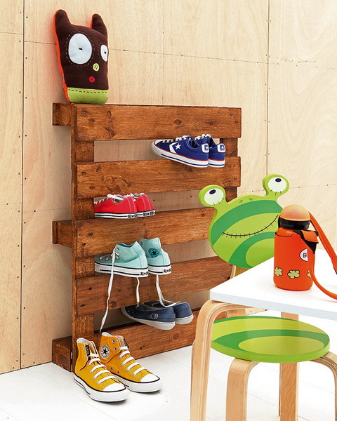 shoe storage ideas - pallet to hold shoes, via Shelterness