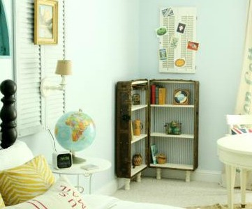 feature, antique trunk bookshelf in the guest room, featured on Remodelaholic.com