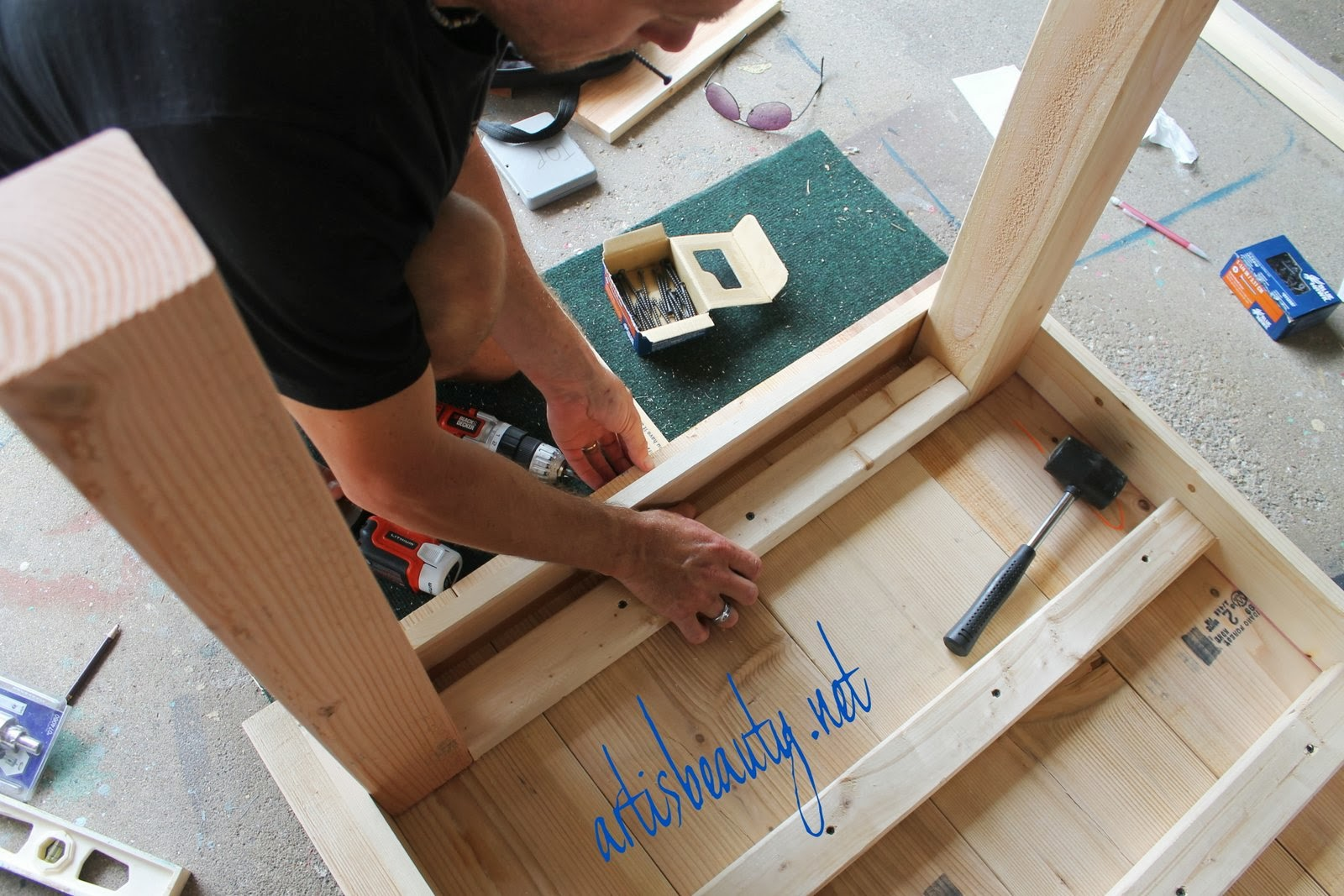 Support Braces Between The Legs Of A Diy Farmhouse Table, Featured On  Remodelaholic.com
