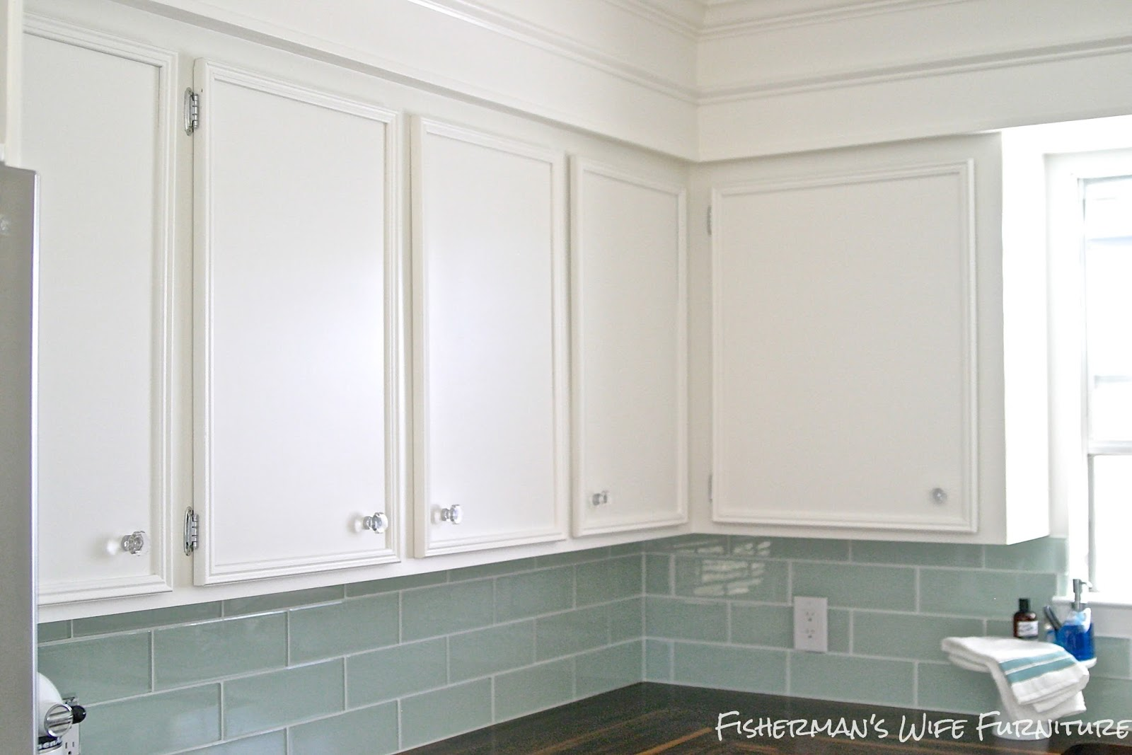 White kitchen cabinets with glass knobs for White kitchen cabinets with glass