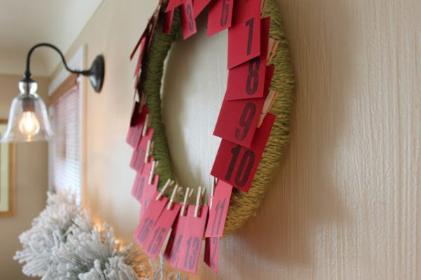 simple yarn wreath and paper pocket advent calendar, Dandee Designs via Remodelaholc