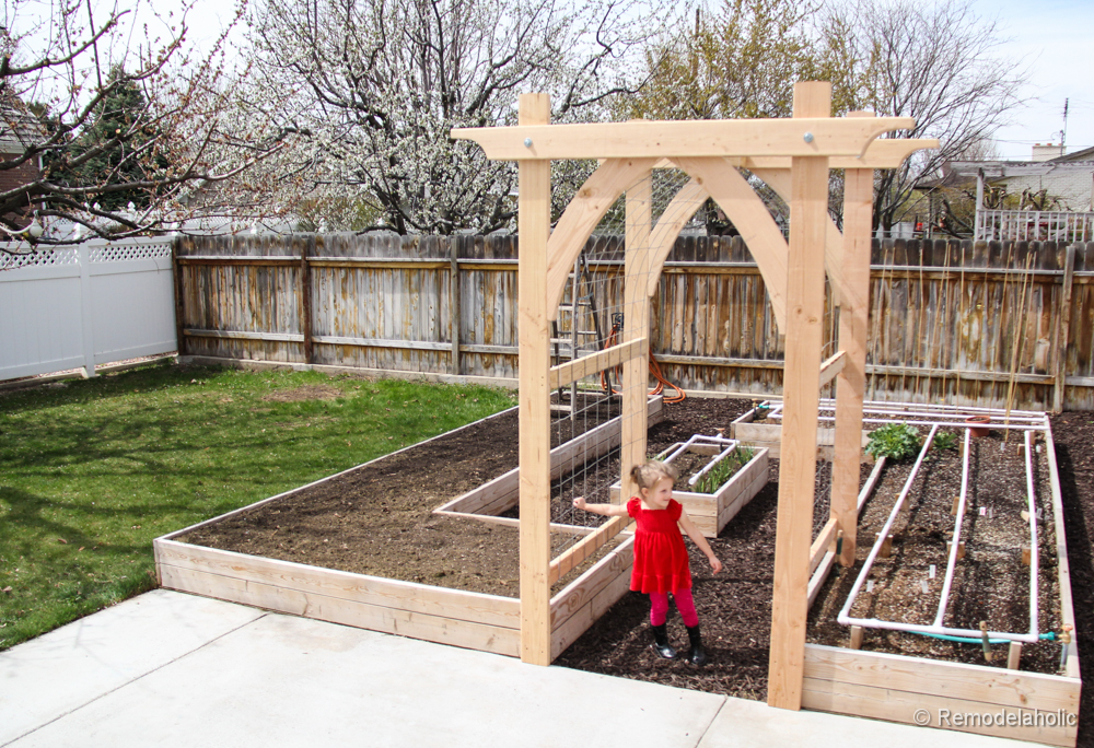 Remodelaholic 25 diy outdoor furniture and decor projects for Diy vegetable garden