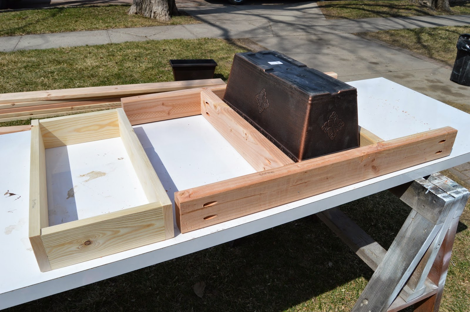 Remodelaholic build a patio table with built in ice boxes for Patio exterieur en bois