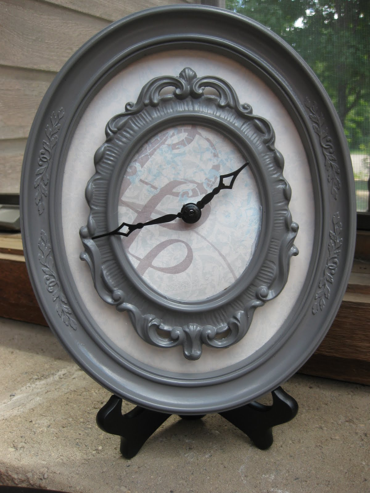 Small frame clock
