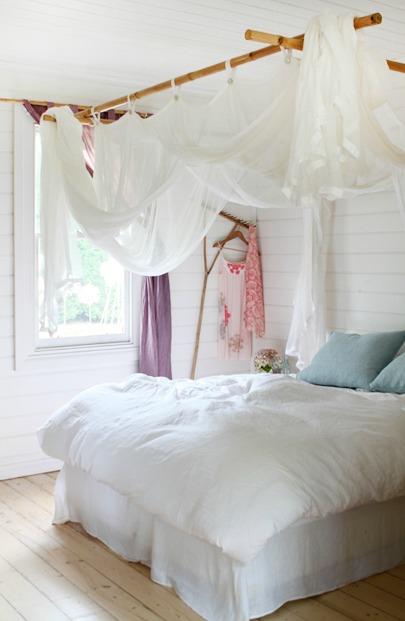 Remodelaholic 25 beautiful bed canopies you can diy for Bed with mosquito net decoration