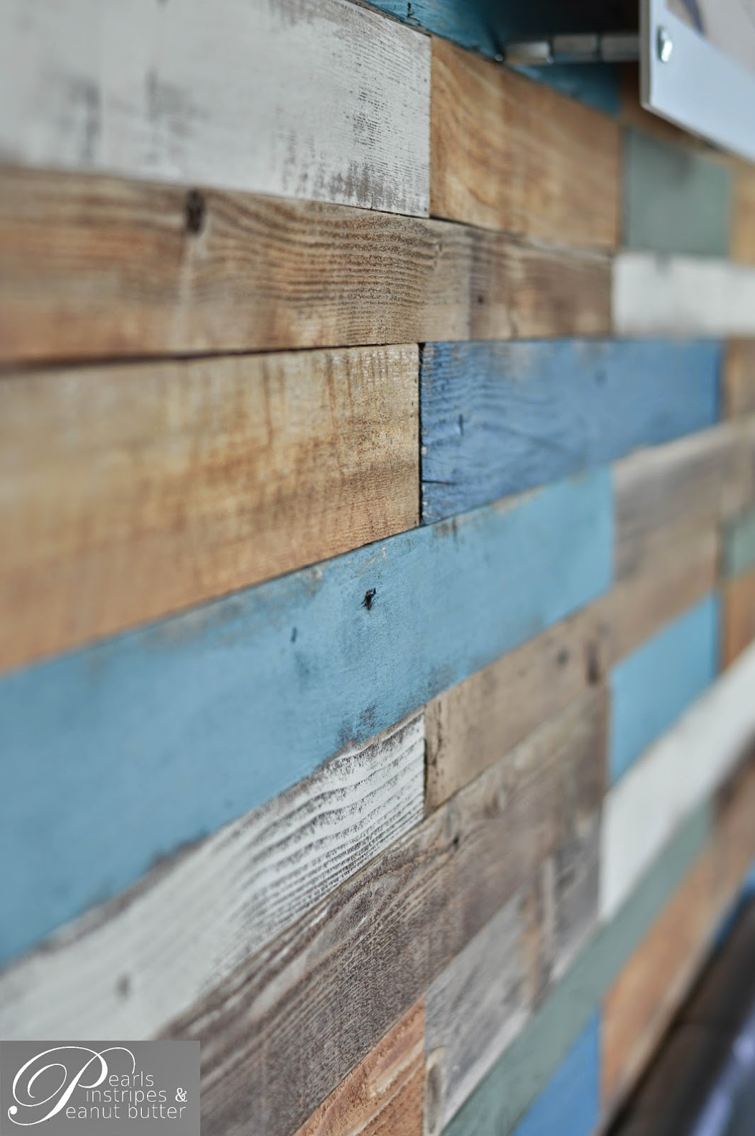 Remodelaholic colorful and rustic plank headboard wall for Cadre photo mural bois