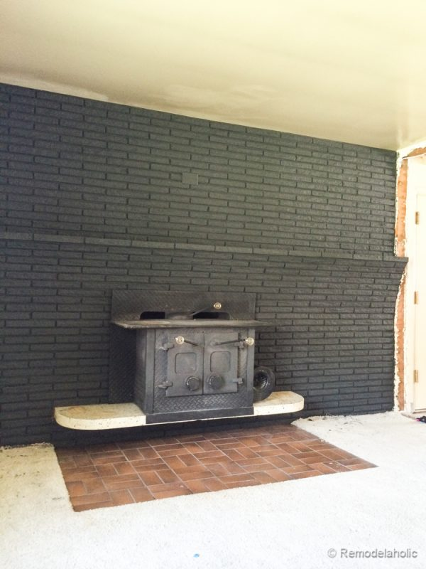 Remodelaholic painted black brick fireplace how to paint a brick mantel solutioingenieria Image collections