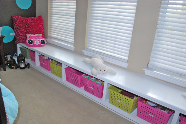 window seat bench with toy storage baskets, via Remodelaholic