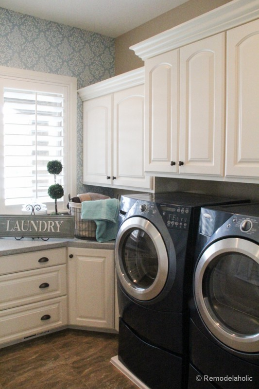 Add an accent wall with wallpaper in the laundry room for a pop of pattern. Fabulous Laundry room design ideas from @Remodelaholic