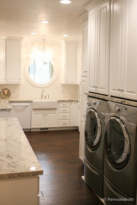 Large L-shaped laundry room with farmhouse sink. Fabulous Laundry room design ideas from @Remodelaholic