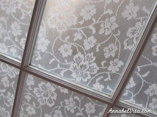 olcsó barkácsolási titoktartó ablak csipkével, Annabel Vita a Remodelaholic-on