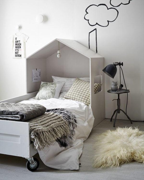 Une tête de lit unique et moderne maison pour habiller un lit double.  plans gratuits et tutoriel sur Remodelaholic.com #headboard #bedroom