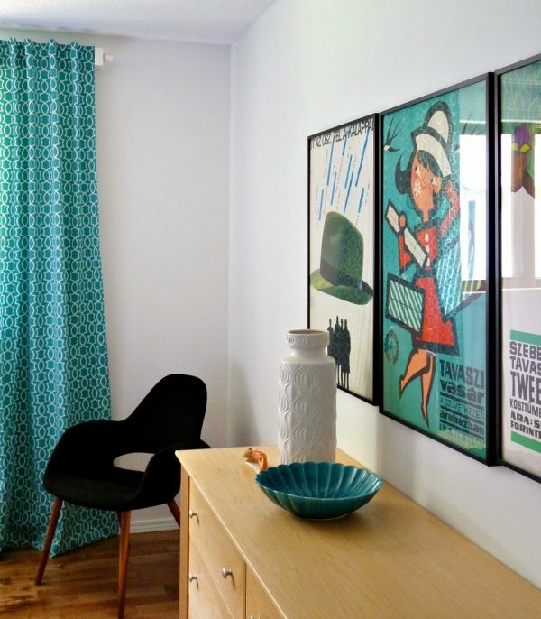 modern retro bedroom with diy tab back curtains, Dans le Lakehouse on @Remodelaholic
