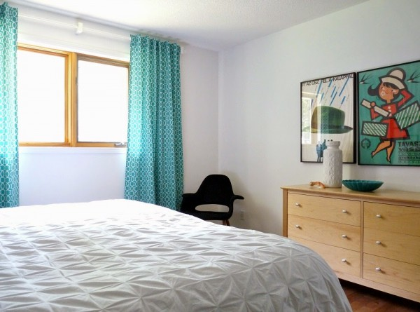 retro modern bedroom with diy back tab curtains, Dans le Lakehouse on @Remodelaholic