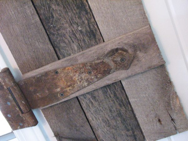 use salvaged hinges on interior barn wood pallet shutters, Prodigal Pieces on Remodelaholic