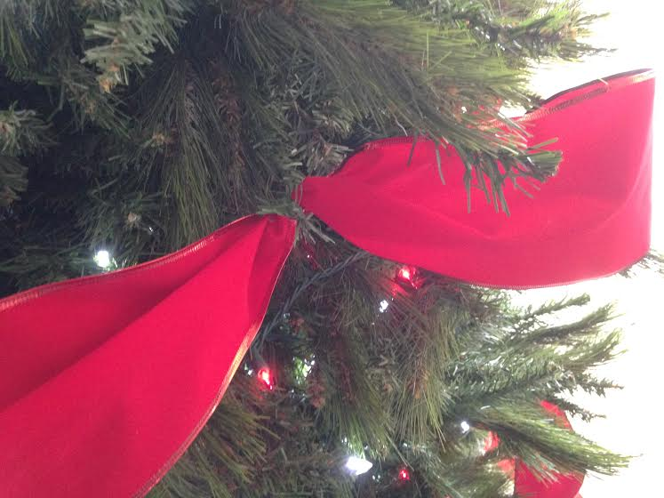 attaching ribbon to the christmas tree sawdust2stitches remodelaholic