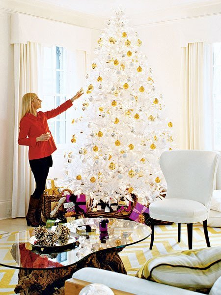 gold and white christmas tree via @Remodelaholic