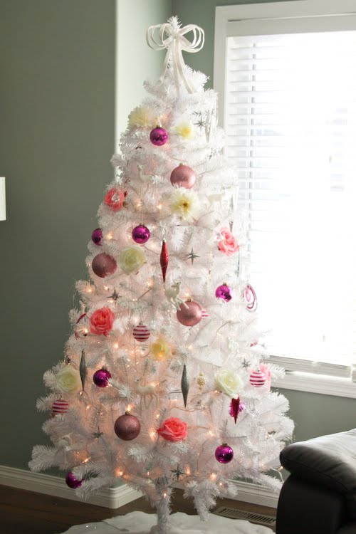 shades of pink christmas tree - Rachel Denbow via @Remodelaholic