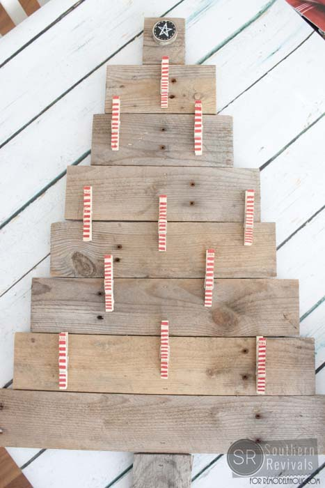 Remodelaholic | DIY Pallet Wood Christmas Tree Photo & Card Holder