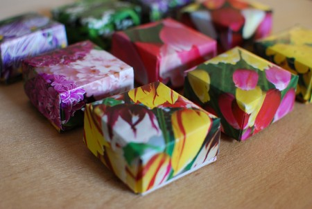 Make paper gift boxes using old calendars.