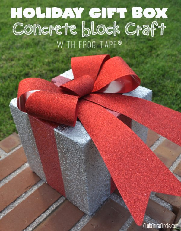 cinder block holiday gift porch decor - Club Chica Circle via @Remodelaholic
