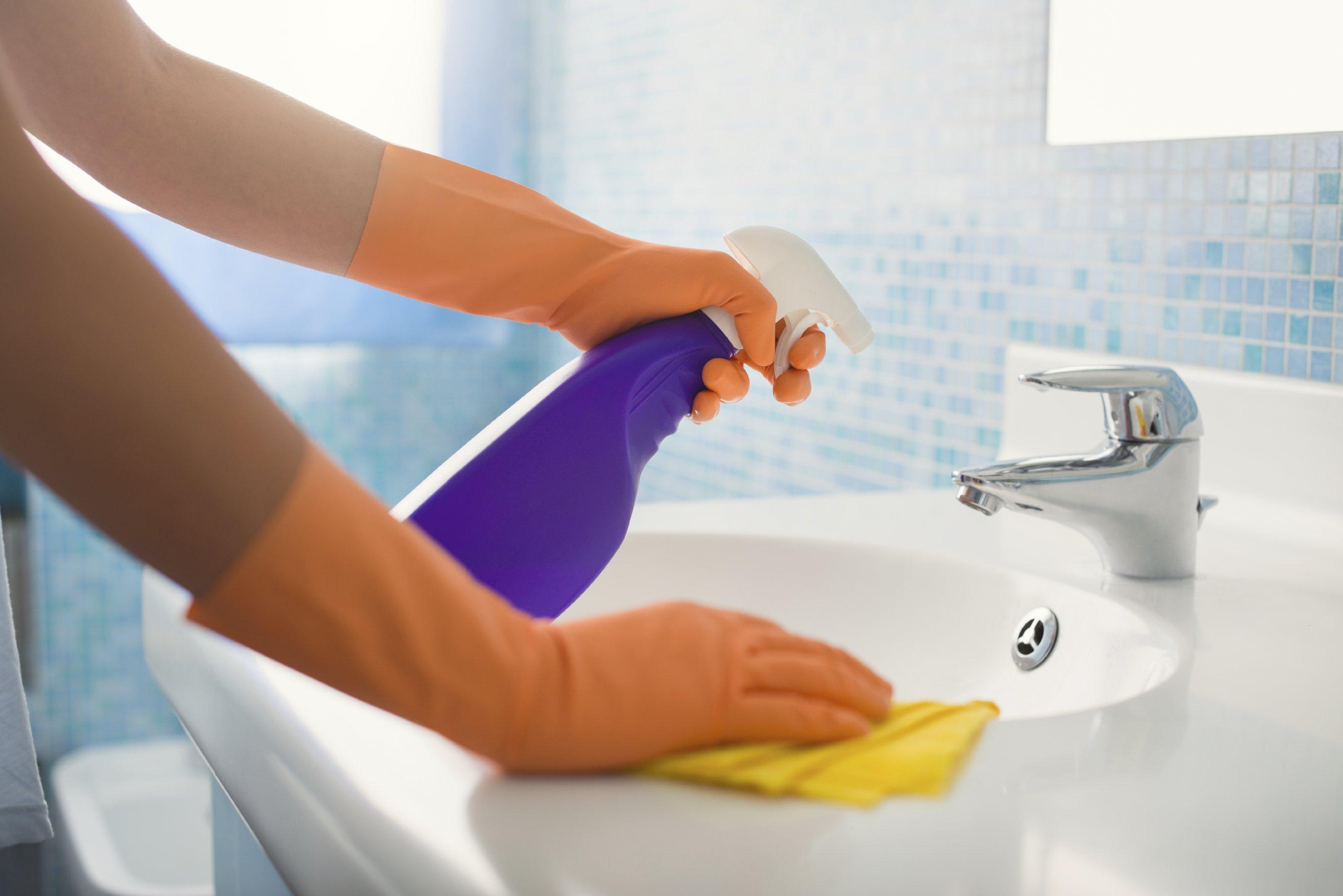 Remodelaholic | How to Clean a Bathroom Using Clorox Bleach