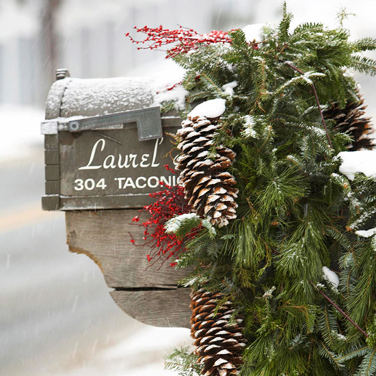 use fresh evergreen boughs to decorate mailbox - BHG via @Remodelaholic
