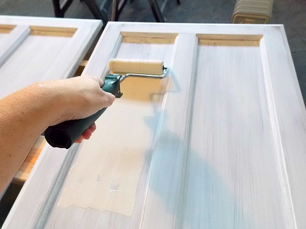 Cabinet Door Painting Tutorial by The Palette Muse featured on Remodelaholic : painting door - pezcame.com