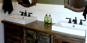feature rustic bathroom makeover @Remodelaholic