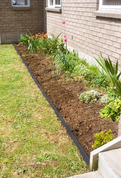 Simple and easy garden edging featured on Remodelaholic.com