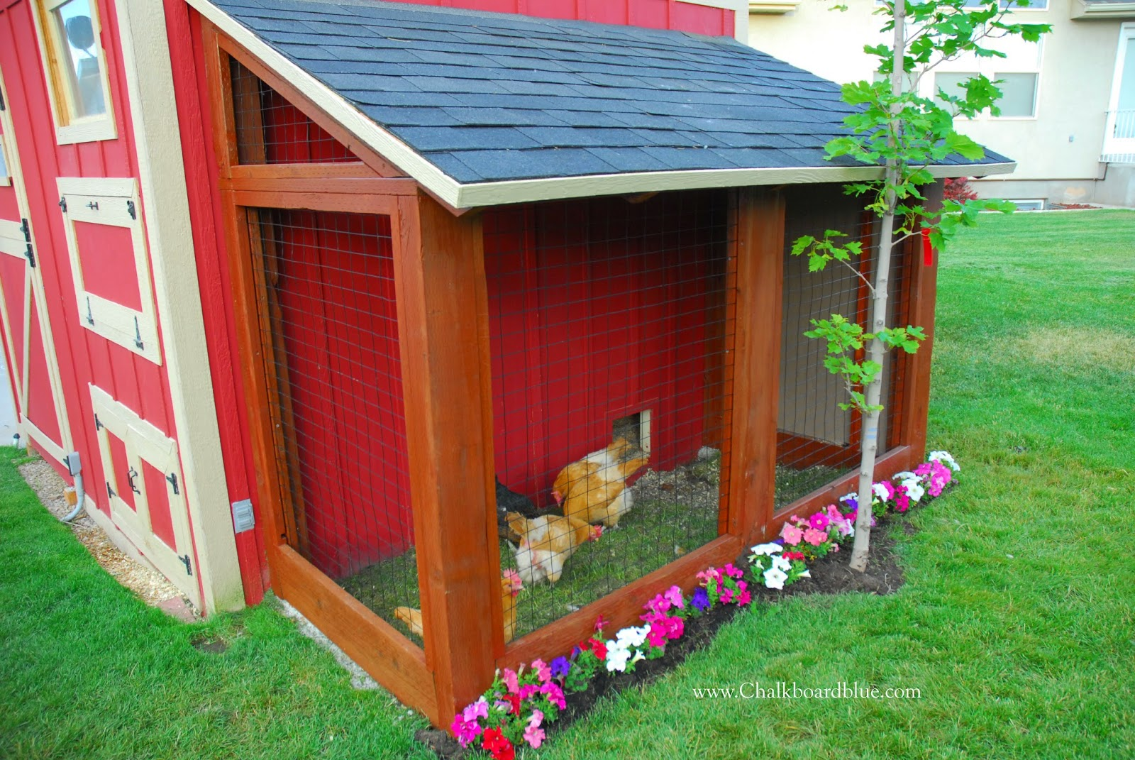 Remodelaholic cute diy chicken coop with attached for Side of the house storage shed