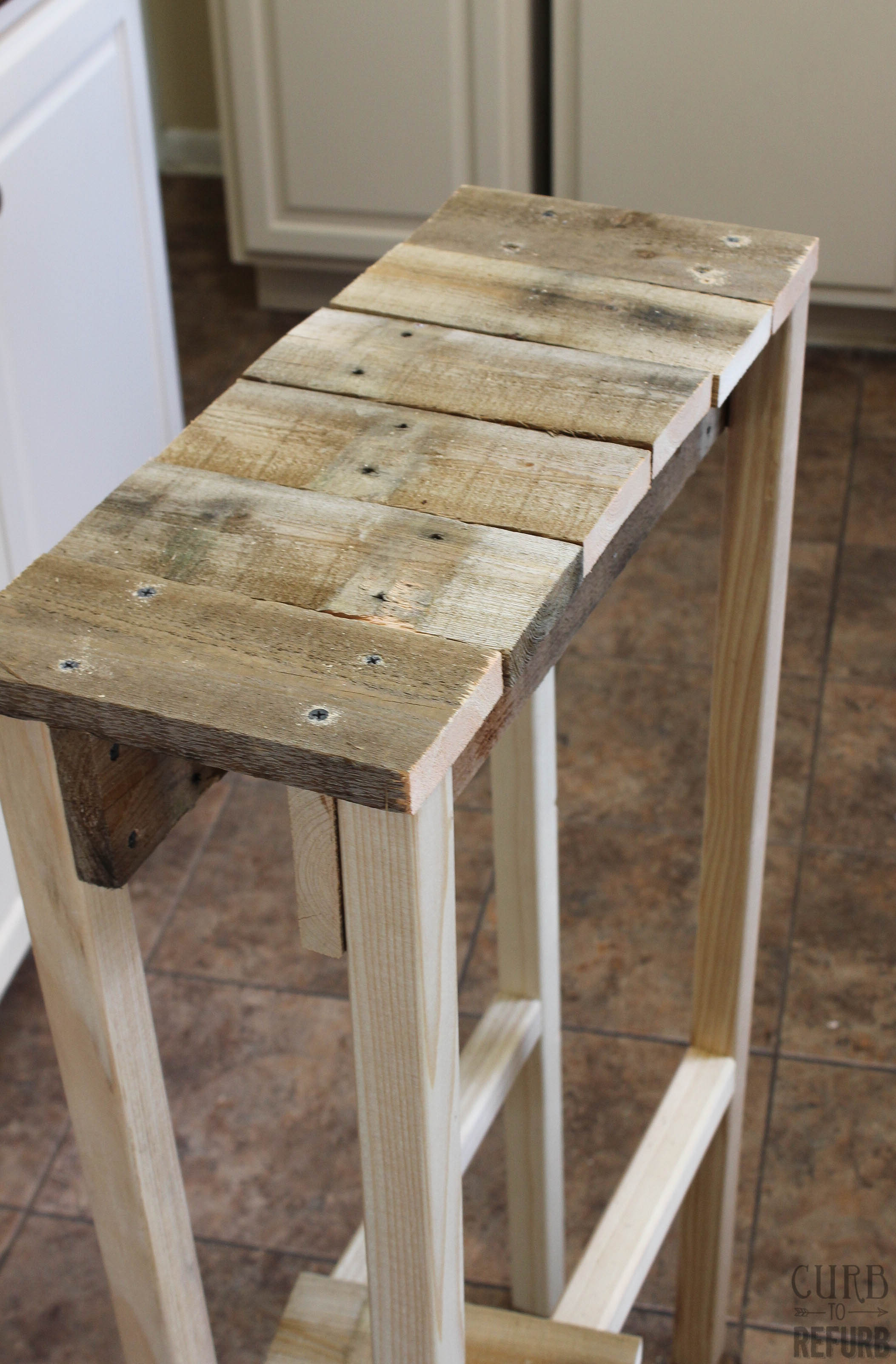 Diy crate console table - Diy Console Table From A Pallet By Curb To Refurb Featured On Remodelaholic