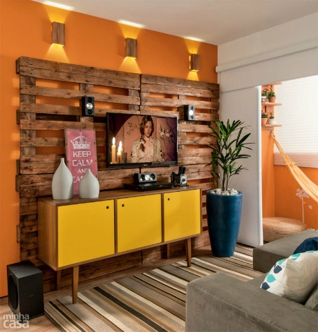 reclaimed wood pallet-style wall to hang television and hide cords (Minha Casa)