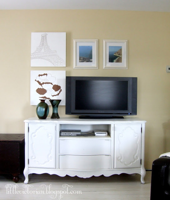 simple gallery wall to decorate around the TV (Little Victorian)