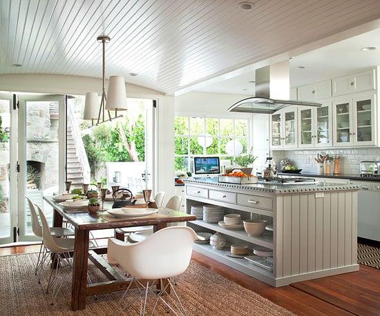 Table de ferme moderne Eames chaises dans la cuisine ouverte à manger avec plafond en placage de billes, BHG