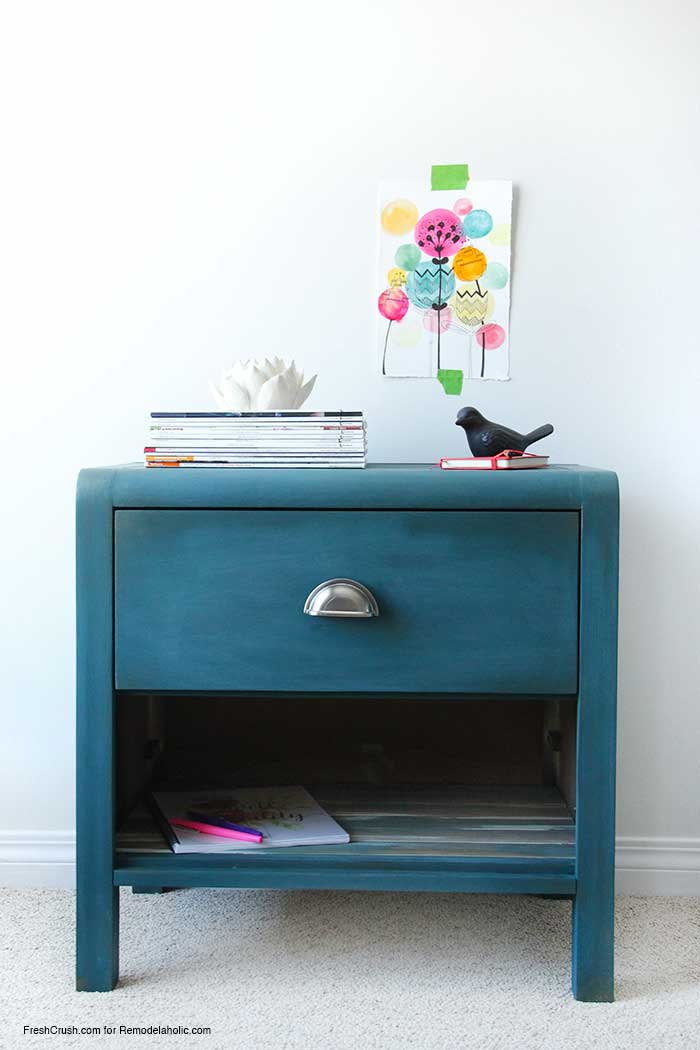 LOVE this nightstand makeover! The color is perfect and she used a gold glaze to get a perfect aged patina on the paint.