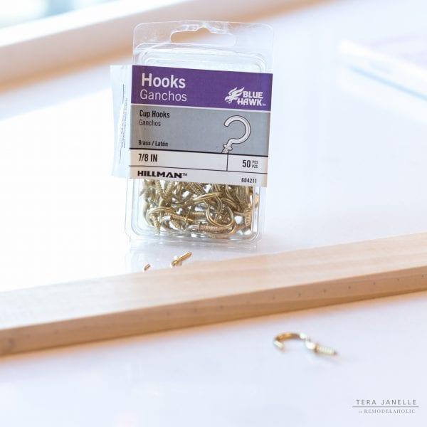 Super easy DIY jewelry hanger tutorial, Tera Janelle on @Remodelaholic
