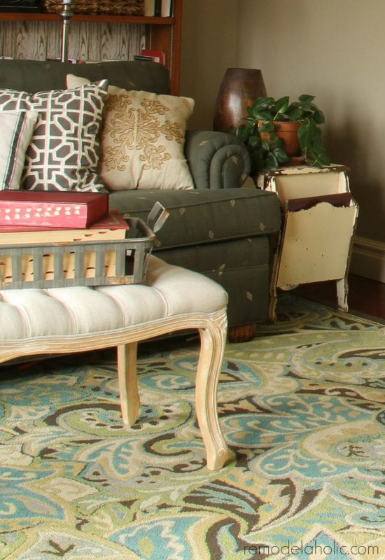 Love the rug in this living room! They give sources for tons of great green-blue area rugs like this! @Remodelaholic