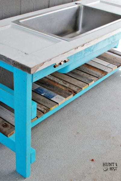 Perfect table for outdoor entertaining using salvaged door and sink by Hunt and Host featured on @Remodelaholic