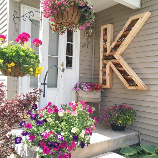 Large outdoor cedar DIY monogram planter for shaded porch decoration - tutorial and woodworking plans Remodelaholic.com
