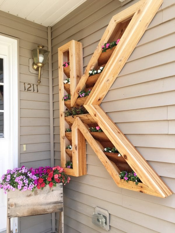 diy outdoor monogram planter by Ellery Designs on @Remodelaholic (3)