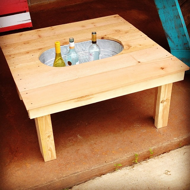 Remodelaholic brilliant diy cooler tables for the patio - Table palette de bois ...